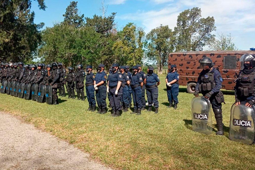 Policías ingresaron al campo para coordinar la salida de militantes de Grabois.