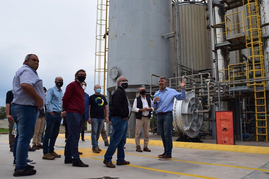 Dentro de Las Chilcas funciona la planta de alcohol que se produce con maíz.