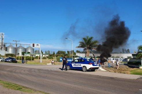 A lo Moyano: productores cercaron un acopio y no dejan salir camiones