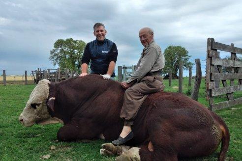¡Rogelio monta toros como un gurí!