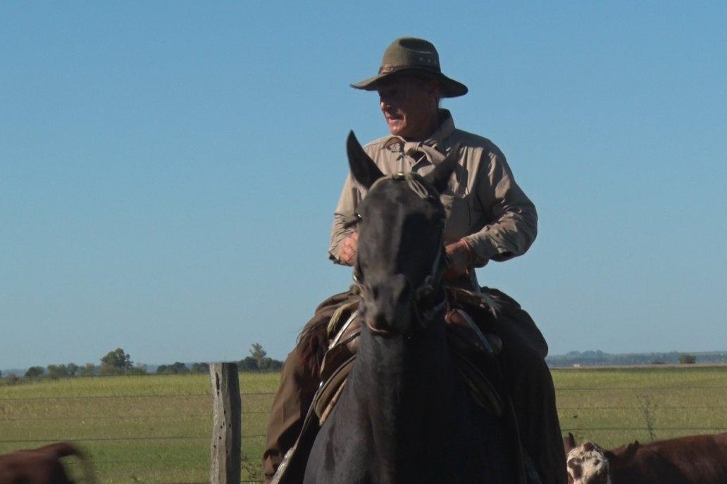 La vida a caballo es la que conoce y ama Rogelio Burne.