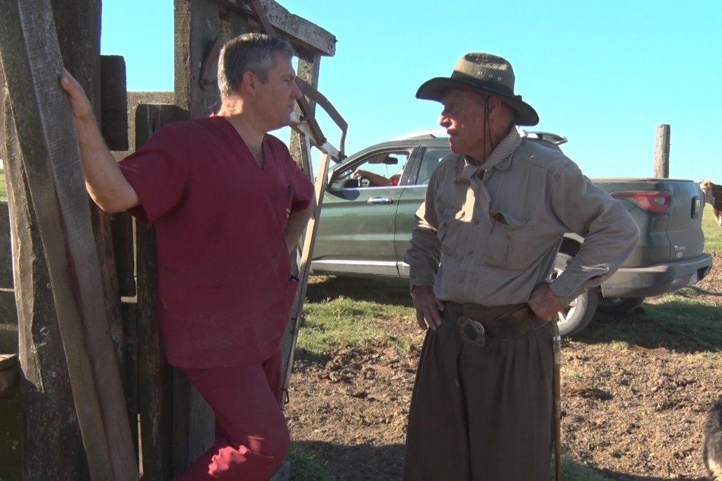 Trossero y Burne, asesor y productor trabajan juntos en las labores de destete.