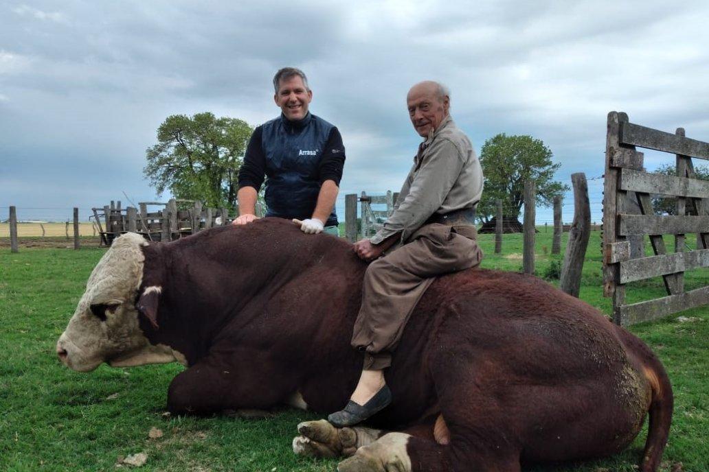 ¡Un crak, a los 72 años Don Rogelio se le anima a todo en el campo.