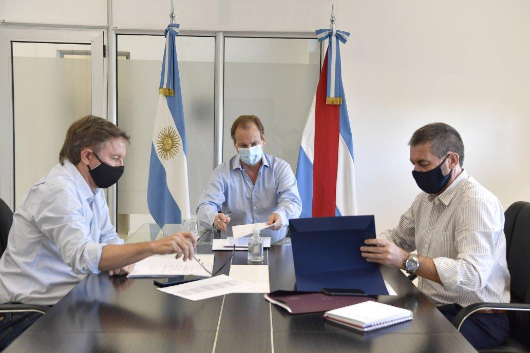 Bordet, con sus ministros Bahillo y Ballay anunciaron condonación de deudas.