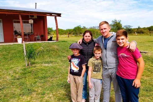 De novios, proyectaron vivir en el campo: limpiaron el monte y crían sus hijos en Guardamonte