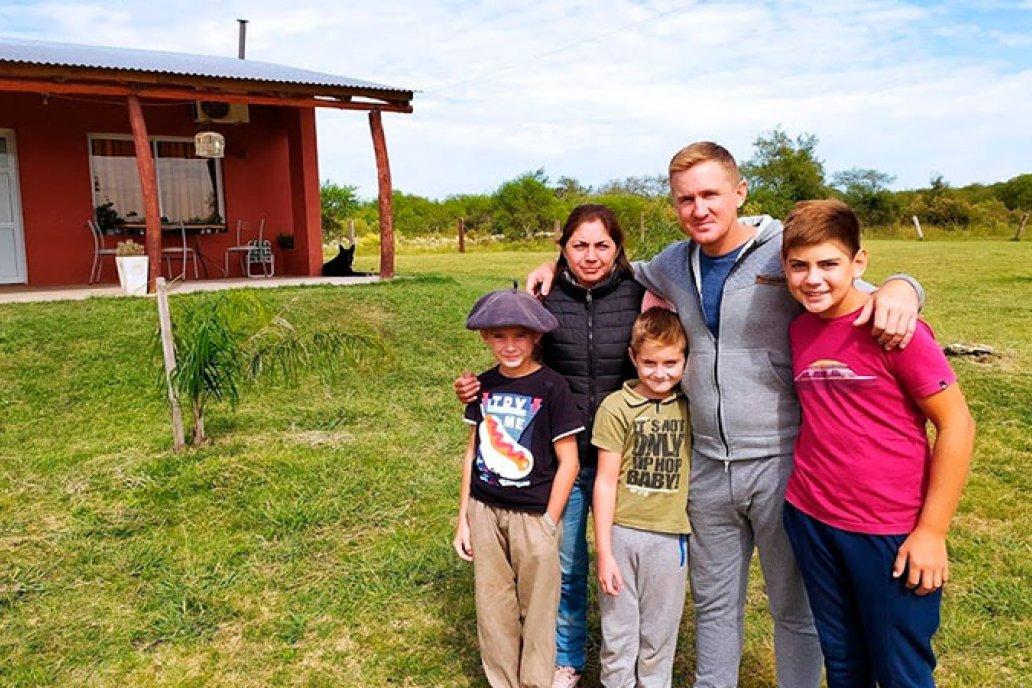La pareja junto a sus hijos en el jardín de su casa en Guardamonte.