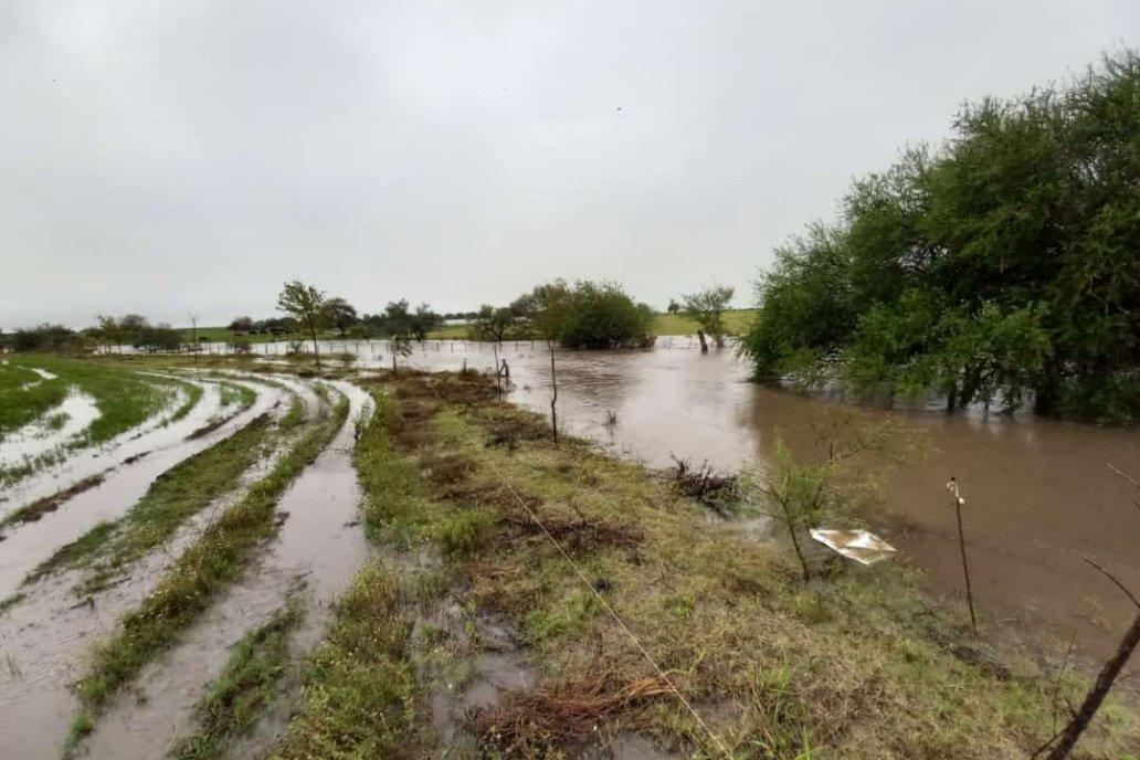 El agua se va acumulando en las inmediaciones de la ruta 32.
