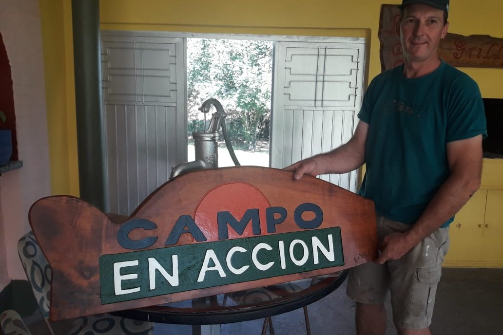 El artista y su obra lograda para el equipo de Campo en Acción