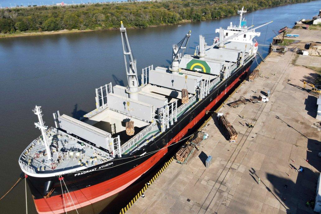 Al ultramarino Fragrant Athena le cargaron 19.000 toneladas en 57 horas.