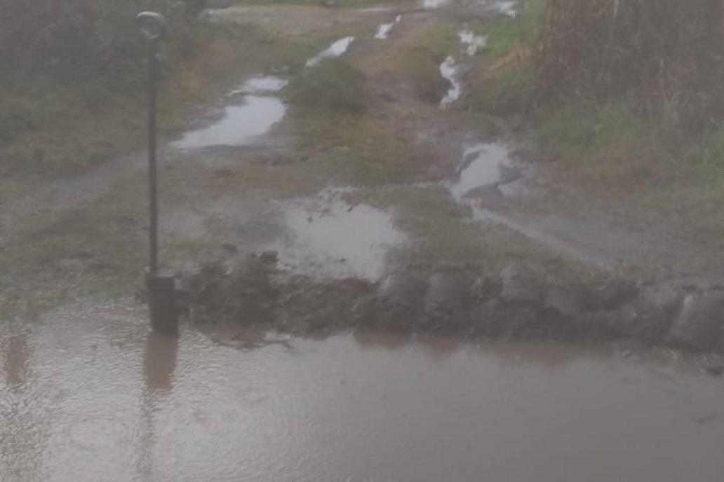 En Cerrito, más bien Aldea San María, el aguacero inundó caminos.