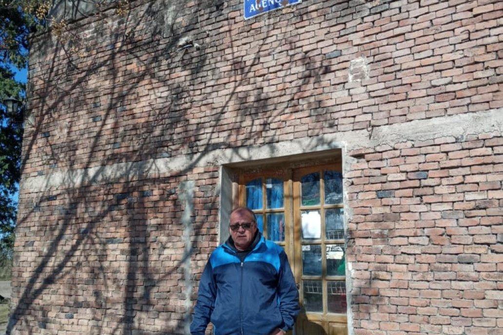 Sergio De la Fuente en la puerta del lugar que eligió para dejar su huella.
