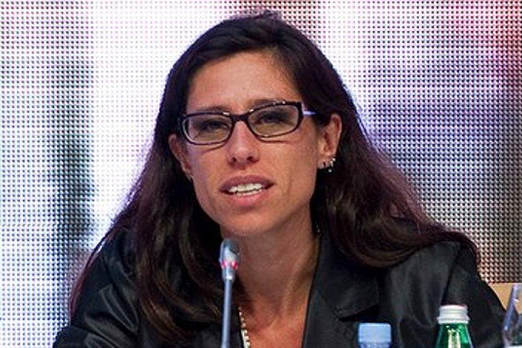 Paula Español, la secretaria pergeña la intervención del comercio de maíz.